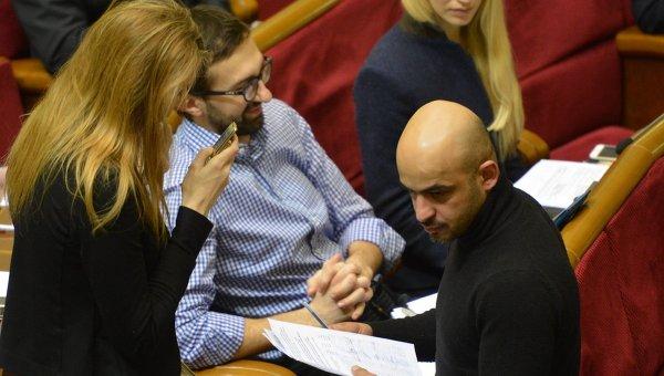 Народные депутаты от фракции БПП Сергей Лещенко (слева в центре) и Мустафа Найем. Архивное фото