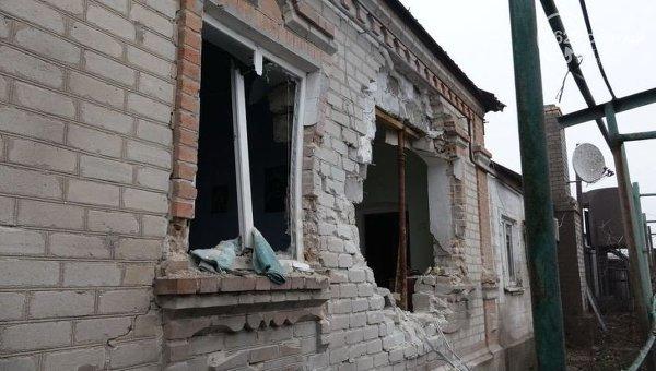 Последствия обстрела поселка Сартана близ Мариуполя