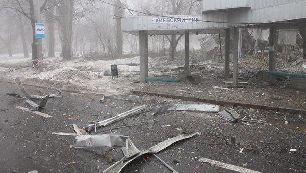 Разрушенная остановка транспорта в Донецке. Архивное фото