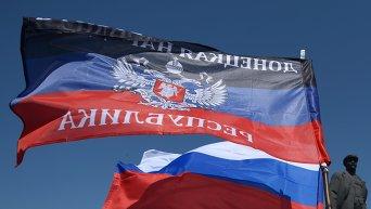 Флаг ДНР, России и памятник Ленина