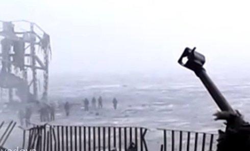 Ополченцы ведут пленных киборгов в донецком аэропорту. Видео