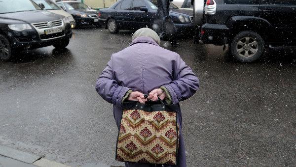Пожилая женщина на улице