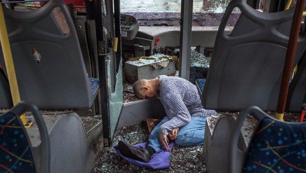 Погибший мужчина в троллейбусе после обстрела в Донецке
