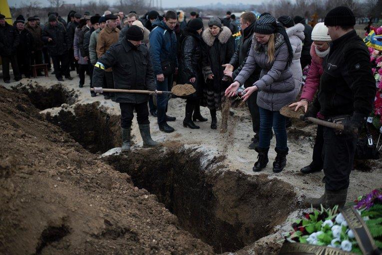 Похороны погибших при обстрелах Мариуполя