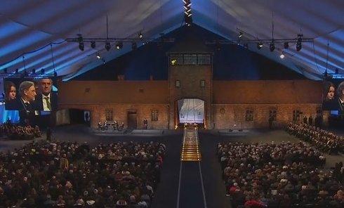 Церемония зажжения свечей у Ворот смерти в честь освобождения Освенцима. Видео