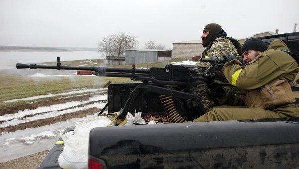 Украинские военные в селе близ Мариуполя