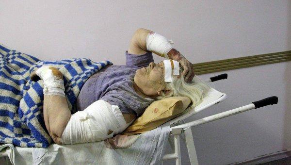 Раненая женщина в больнице Донецка