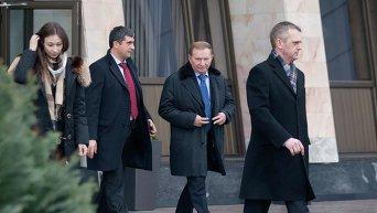 Экс-президент Украины Леонид Кучма (в центре) перед началом переговоров контактной группы по Украине в Минске