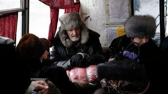 Жители Дебальцево сидят в автобусе в ожидании эвакуации из города