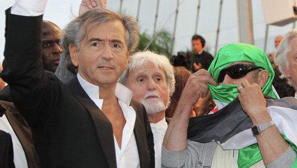 Французский режиссер, философ и журналист Бернар-Анри Леви (слева)