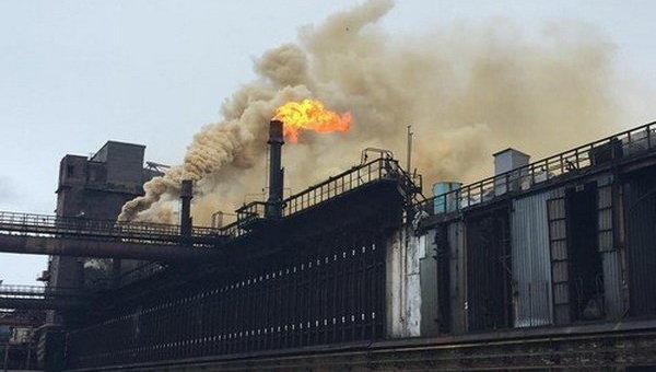 Авдеевский коксохимический завод под обстрелом. Архивное фото
