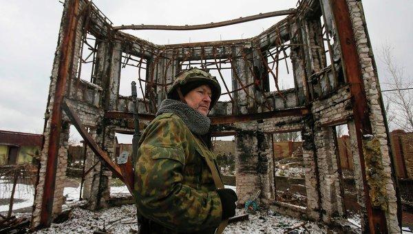 Ополченец на фоне разрушенного здания. Архивное фото