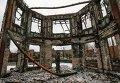 Ополченец на фоне разрушенного здания в Углегорске