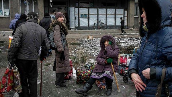 Местные жители ожидают автобус, чтобы выехать из Дебальцево