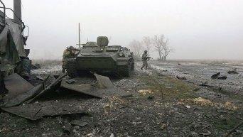 Украинский военный на месте уничтоженной техники ополченцев