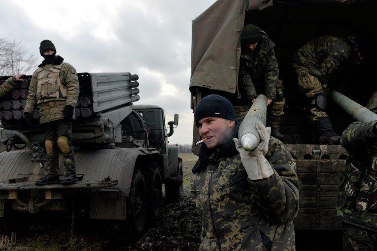 Украинские военные разгружают снаряды для РСЗО Град