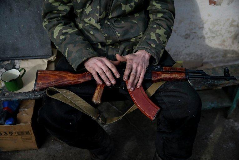 Украинский военнослужащий близ Дебальцево