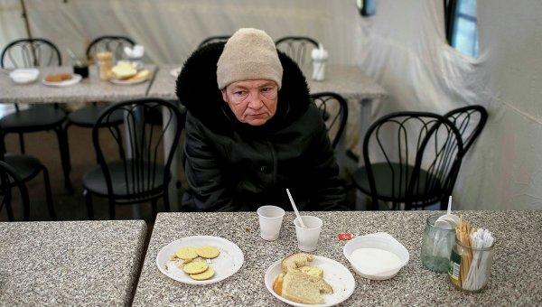 Беженцы получают бесплатную еду в волонтерском центре в Славянске. Архивное фото