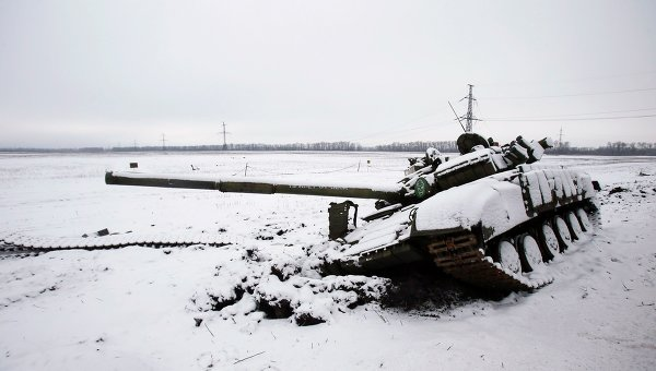 Разбитый танк ополченцев. Архивное фото