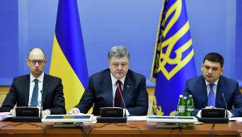 Премьер-министр Украины Арсений Яценюк, президент Украины Петр Порошенко и председатель Верховной рады Украины Владимир Гройсман (слева направо)