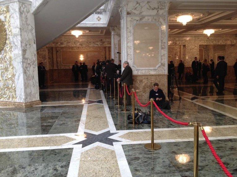 Журналисты в ожидании окончания переговоров в Минске