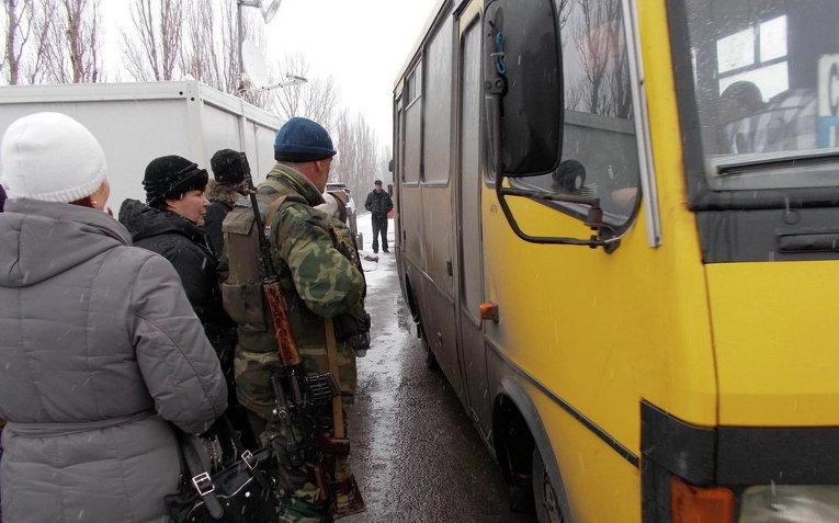 Украинские военные помогают вынужденным переселенцам
