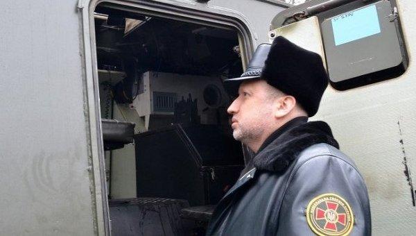 Александр Турчинов осматривает бронеавтомобиль Saxon