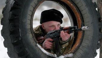 Недавно мобилизованные украинские солдаты на военных учениях на базе Десна близ Киева