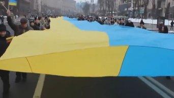 По Крещатику пронесли 200 метровые флаги Украины и Литвы. Видео