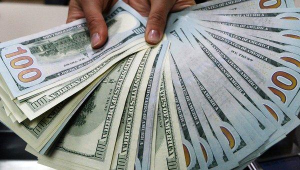 Доллары США в руках кассира. Архивное фото