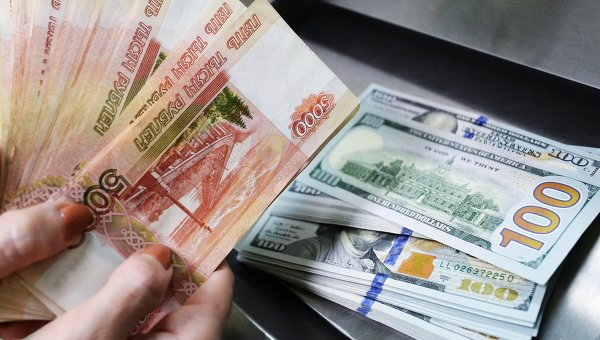 Доллары США и рубли в кассе. Архивное фото