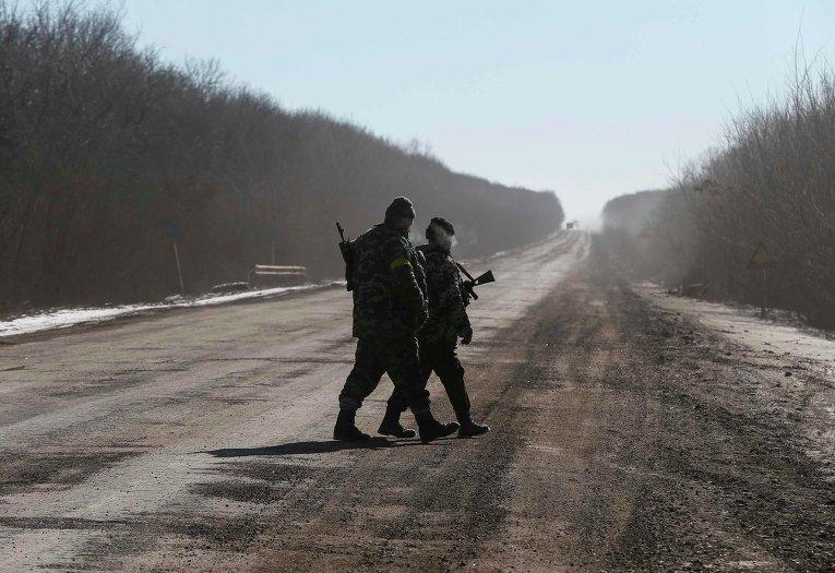 Украинские военные близ Артемовска в ходе вывода сил АТО из Дебальцево