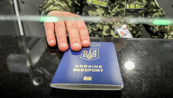 Проверка биометричесских паспортов. Архивное фото