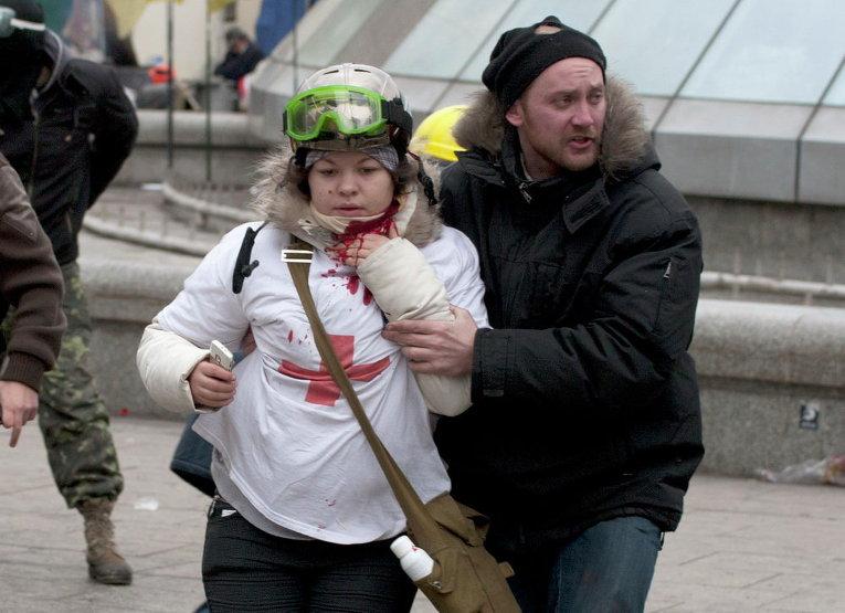 Раненная выстрелом в шею медсестра Олеся Жуковская во время столкновений на Майдане Незалежности 20 февраля 2014 года