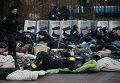 Милиция отдыхает возле Кабмина в Киеве во время событий 20 февраля 2014 года