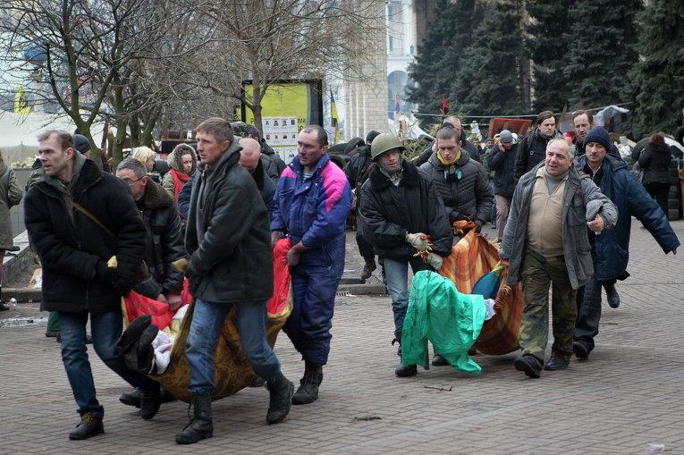 Погибших активистов выносят из зоны боев на Майдане Незалежности 20 февраля 2014 года
