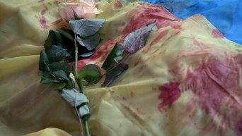 Накрытый флагом Украины погибший во время столкновений на Майдане Незалежности 20 февраля 2014 года