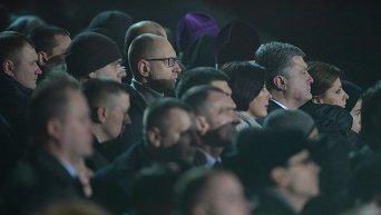 Петр Порошенко и Арсений Яценюк с женами почтили память героев Небесной сотни