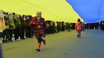 Дети под флагом Украины