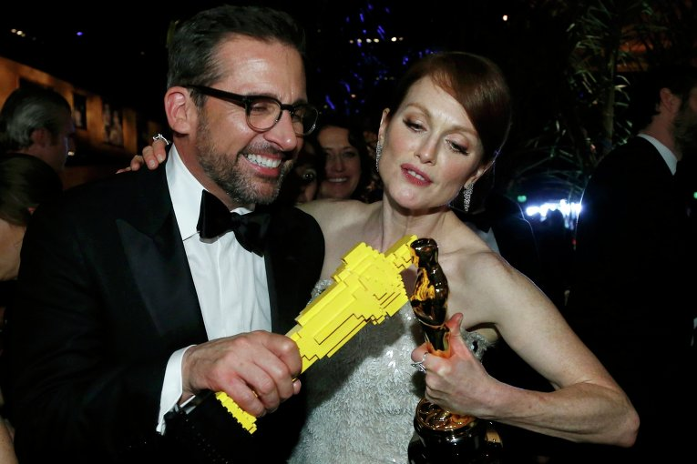 Стив Кэрелл и Джулиана Мур за кулисами премии Оскар, 22 февраля 2015