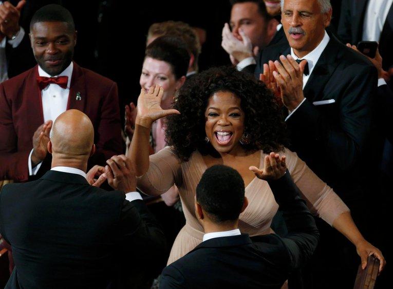 Опра Уинфри поздравляет Джона Леджента, рэпера Common и Дэвида Ойелово за кулисами премии Оскар, 22 февраля 2015 года