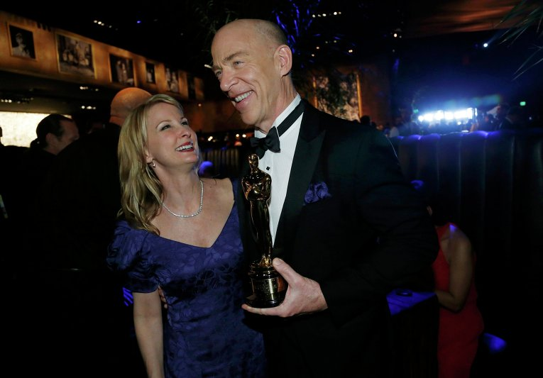 Джей Кей Симмонс с супругой за кулисами премии Оскар, 22 февраля 2015