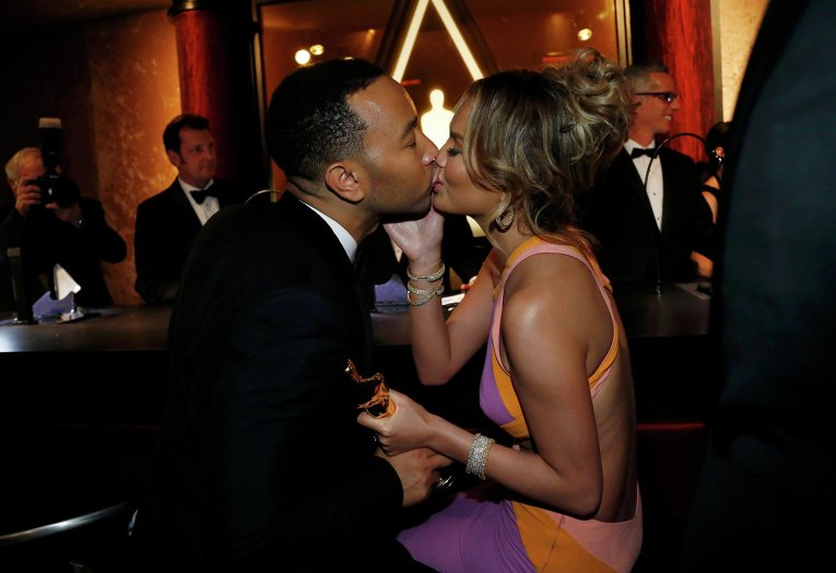 Джон Леджент целует свою супругу, за кулисами премии Оскар, 22 февраля 2015 года
