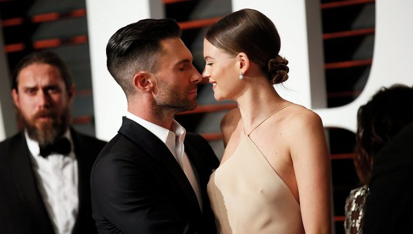 Солист Maroon 5 имодель Victoria's Secret стали родителями