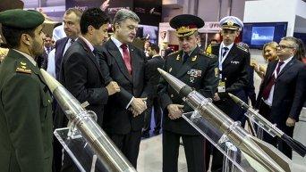 Порошенко на выставке вооружений