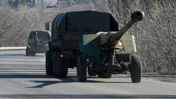 Отвод колонны тяжелой военной техники ополченцев. Архивное фото
