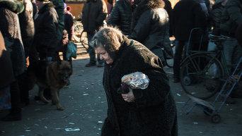 Жительница Дебальцево, получившая гуманитарную помощь