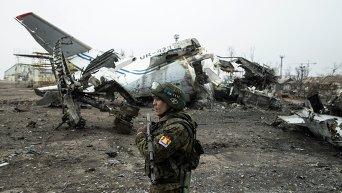 Ополченец в разрушенном аэропорту Донецка, 26 февраля 2015