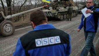 Работники миссии ОБСЕ и украинские военные в Парасковиевке