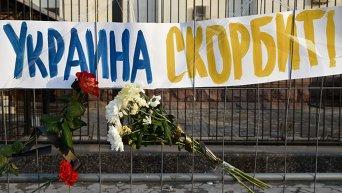 Цветы и свечи в память о Борисе Немцове